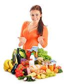 Młoda kobieta z mieszanki spożywcze produkty na białym tle — Zdjęcie stockowe