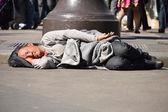 Homeless man sleeping on the street in Paris — Stock Photo