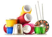 Composition avec des aiguilles de tailleur et de discussions sur blanc — Photo