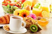 コーヒー、ジュース、クロワッサン、サラダ、ミューズリーと卵の朝食します。 — ストック写真
