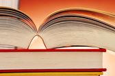 Composizione con libri sul tavolo — Foto Stock