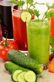очки с свежие овощные соки. детокс диета — Стоковое фото
