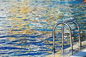 Zwembad in aldeamento turístico tijdens zomertijd — Stockfoto