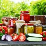Банки маринованные овощи в саду. Маринованные продукты питания — Стоковое фото