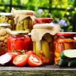 庭の野菜のピクルスの瓶。マリネした食品 — ストック写真