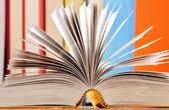 Composição com livros sobre a mesa — Fotografia Stock
