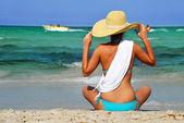 Ung kvinna på Medelhavet stranden — Stockfoto
