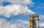 Průmyslové kouř z komína na modré obloze — Stock fotografie