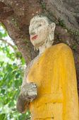 Abandoned broken buddhism statue — Stock Photo