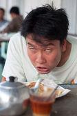 Kahvaltı ve çay görürken Asya sarhoş adam — Stok fotoğraf