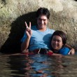 Asian couple playing in water at yala lampraya waterfall, thaila — Foto Stock