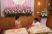 Brud och brudgum trött och sitta ner i bröllopsceremonin — Stockfoto