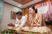Praying asian thai wedding ceremony bride and bridegroom — Stock Photo