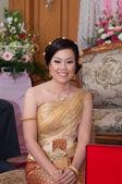 Asya taylandlı gelin tay düğün takım elbise düğün ceremon gülümseyen — Stok fotoğraf