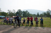 YALA, THAILAND - APRIL 1: Unidentified mountain bikers wait for — Foto de Stock