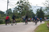 YALA, THAILAND - APRIL 1: Unidentified boys with mountain bikes — Stockfoto