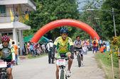 亚拉,泰国 — — 4 月 1 日: 身份不明的男子骑山地自行车佛 — 图库照片