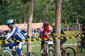 яла, таиланд - 1 апреля: неопознанный человек едет горный велосипед f — Стоковое фото