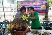 YALA, THAILAND - AUG 29: Two Yala senior female arrange fruits i — Zdjęcie stockowe