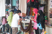 YALA, THAILAND - AUGUST 15:Muslim female buy fabric and cloths f — Stock Photo