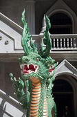 Dračí hlavu socha v tygří jeskynní chrám krabi, thajsko — Stock fotografie