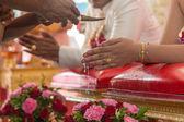 タイの結婚式に注ぎ出す祝福された水 — ストック写真