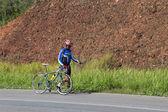 Mountainbiker lopen met zijn fiets — Stockfoto