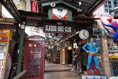 スーパーマン モデルと電話ボックスのインテリア装飾 — ストック写真