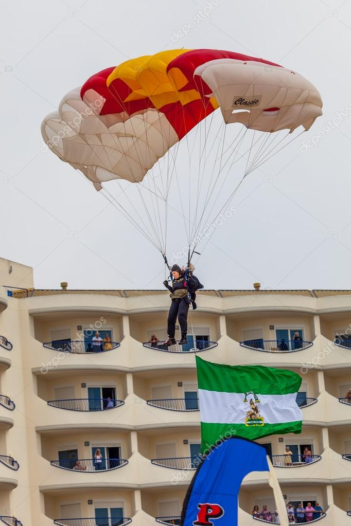 CADIZ, SPAIN-SEP 13:  Parachutist of the PAPEA taking part in an exhibition on the 2nd airshow of Cadiz on Sep 13, 2009, in Cadiz, Spain — Stock Photo #13887400