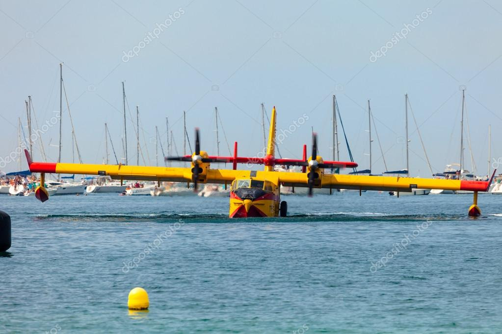 CADIZ, SPAIN-SEP 13: Seaplane Canadair CL-215 taking part in an exhibition on the 2nd airshow of Cadiz on Sep 13, 2009, in Cadiz, Spain — Stock Photo #13887549