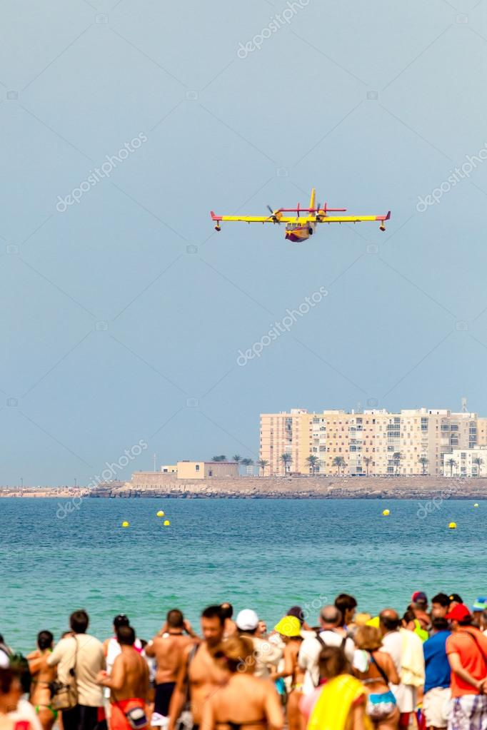 CADIZ, SPAIN-SEP 13: Seaplane Canadair CL-215 taking part in an exhibition on the 2nd airshow of Cadiz on Sep 13, 2009, in Cadiz, Spain — Stock Photo #13887555