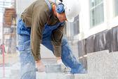 Trabalhador industrial faz um corte horizontal — Fotografia Stock