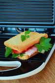 Grille pain et pain de viande, tomates et fromage — Photo