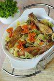 Makaroner med stekt kycklingarna inredda av grönsaker — Stockfoto