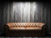 Karanlık odada deri kanepe — Stok fotoğraf