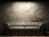 Skórzana kanapa w ciemnym pokoju — Zdjęcie stockowe