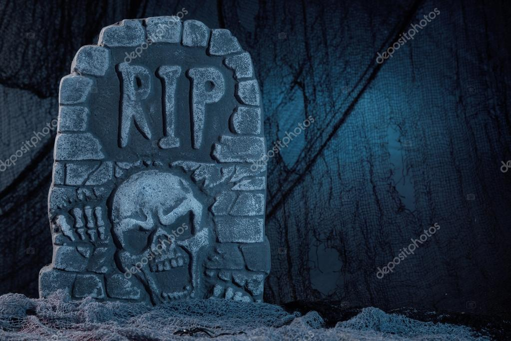 Tombstone with skull halloween decoration — Stock Photo #13390410
