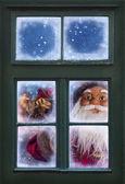 圣诞老人正透过窗户 — 图库照片