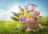 Canasta con huevos de pascua — Foto de Stock