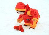 Lilla baby flicka som leker i en snöig vinter park — Stockfoto