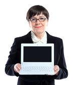 Empresaria madura con ordenador portátil contra el fondo blanco con espacio de copia — Foto de Stock