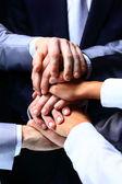 Diversos grupos de trabalhadores com suas mãos juntas em forma de trabalho em equipe — Foto Stock