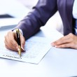 pracownik firmy podpisanie umowy do zawierania transakcji — Zdjęcie stockowe #43261347