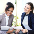 Businesswomen With documents and folder Sitting In Modern Office and discuss business matters — Stock Photo