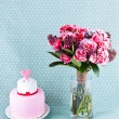 Bouquet of flowers and cake — Stock Photo