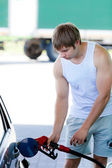Man filling the car with gasoline in gas stations — 图库照片