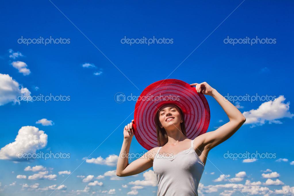 Красивое фото девушки на фоне неба фото 679-542