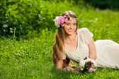 Buket çiçek açık ile güzel kız — Stok fotoğraf