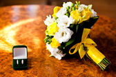 Bouquet of beautiful wedding flowers and rings — Stockfoto