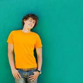 在绿色背景上的年轻人 — 图库照片